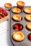 Ny hemlagad stekhet muffin för matbegrepp och lösa strawberrys Royaltyfri Foto