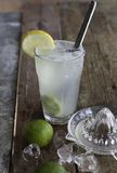 Ny hemlagad uppfriskande lemonad med limefrukt-, is- och limefruktfruktsaft Fotografering för Bildbyråer