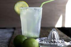 Ny hemlagad uppfriskande lemonad med limefrukter arkivbild