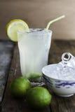 Ny hemlagad uppfriskande lemonad med limefrukter och iskuber Royaltyfri Fotografi