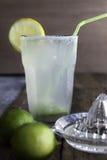 Ny hemlagad uppfriskande lemonad med limefrukter och limefruktfruktsaft Arkivbilder