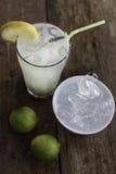 Ny homemadlemonad med lavendel, limefrukt och en liten maträtt av iskuber Fotografering för Bildbyråer