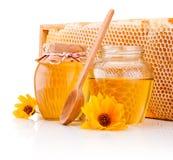 Ny honung med honungskakan som isoleras på vit bakgrund Arkivbilder