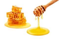 Ny honungskaka med honung på en vit bakgrund Arkivbilder