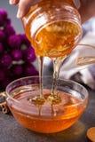 Ny honungstekflott i bunke Arkivbilder