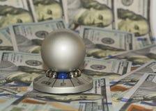 """Ny hundra dollarräkningar och """"Ball för gåva (souvenir) för chosing av answer""""en med den primaa """"sell""""en eller """"buy"""" Royaltyfri Bild"""