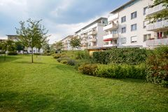 Ny hyreshus, modern bostads- utveckling med utomhus- lättheter i en grön stads- bosättning royaltyfria foton