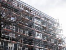 Ny hyreshus som täckas med materialet till byggnadsställning Royaltyfria Bilder