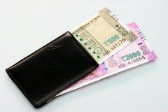 Ny indisk valuta av 2000 och 500 rupie anmärkningar in i pengarna börs Royaltyfri Fotografi