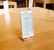 Ny iPhone 8 för Apple pris och iPhone 8 Plus i Apple Store Royaltyfria Foton