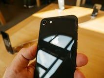Ny iPhone 8 för enkel kamera och iPhone 8 Plus i Apple Store Arkivbilder