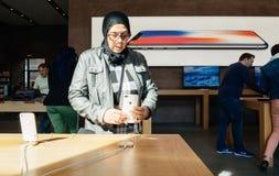 ny iPhone 8 för Mellanöstern etnicitet och iPhone 8 Plus i Apple St Royaltyfria Bilder