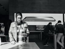 ny iPhone 8 för Mellanöstern etnicitet och iPhone 8 Plus i Apple St Arkivbilder