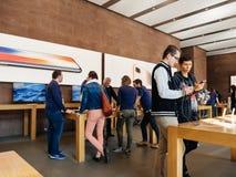 ny iPhone 8 för Mellanöstern etnicitet och iPhone 8 Plus i Apple St Royaltyfria Foton