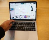 Ny iPhone 8 Macbook för pro-bärbar dator och iPhone 8 Plus i Apple Store Arkivfoton