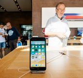 Ny iPhone 8 och iPhone 8 Plus i Apple Store Arkivfoto