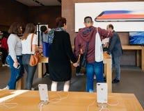 Ny iPhone 8 och iPhone 8 Plus i Apple Store med äppleklocka a Arkivbilder