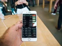 Ny iPhone 8 och iPhone 8 Plus i Apple Store med äpplemateriel p Arkivfoton