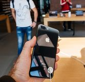 Ny iPhone 8 och iPhone 8 Plus i Apple Store med Arkivfoton