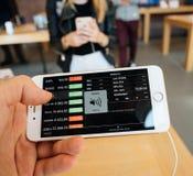 Ny iPhone 8 och iPhone 8 Plus i Apple Store med altabagrafen Royaltyfri Fotografi