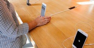 Ny iPhone 8 och iPhone 8 Plus i Apple Store med den höga kvinnan Arkivfoton
