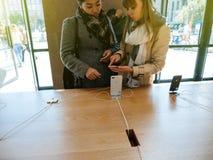 Ny iPhone 8 och iPhone 8 Plus i Apple Store med flickachoosin Royaltyfri Fotografi