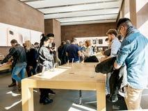 Ny iPhone 8 och iPhone 8 Plus i Apple Store med folkmassan och iph Royaltyfri Bild