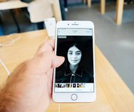 Ny iPhone 8 och iPhone 8 Plus i Apple Store med fotoapp-bro Royaltyfri Foto