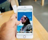 Ny iPhone 8 och iPhone 8 Plus i Apple Store med fotoapp-bro Fotografering för Bildbyråer
