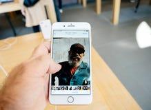 Ny iPhone 8 och iPhone 8 Plus i Apple Store med fotoapp-bro Royaltyfria Bilder