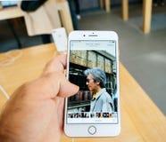 Ny iPhone 8 och iPhone 8 Plus i Apple Store med fotoapp-bro Arkivfoton