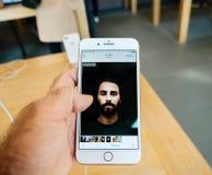 Ny iPhone 8 och iPhone 8 Plus i Apple Store med fotoapp-bro Royaltyfri Bild