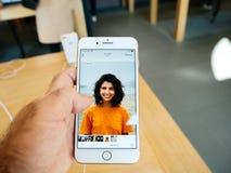 Ny iPhone 8 och iPhone 8 Plus i Apple Store med fotoapp-bro Arkivbilder