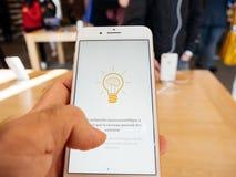Ny iPhone 8 och iPhone 8 Plus i Apple Store med hälsa app, Royaltyfria Bilder