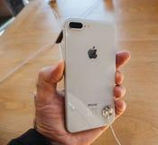 Ny iPhone 8 och iPhone 8 Plus i Apple Store med hållande iphon Royaltyfri Bild