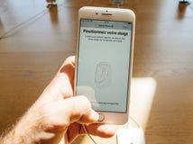 Ny iPhone 8 och iPhone 8 Plus i Apple Store med handlagID, Royaltyfria Foton