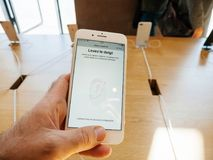 Ny iPhone 8 och iPhone 8 Plus i Apple Store med handlagID, Royaltyfri Fotografi