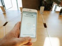 Ny iPhone 8 och iPhone 8 Plus i Apple Store med handlagID, Royaltyfria Bilder