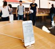 Ny iPhone 8 och iPhone 8 Plus i Apple Store med iphoneprace Fotografering för Bildbyråer