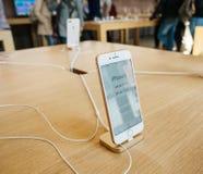 Ny iPhone 8 och iPhone 8 Plus i Apple Store med iphonepris Arkivbild