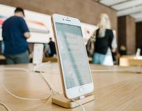 Ny iPhone 8 och iPhone 8 Plus i Apple Store med kunder in Royaltyfria Foton