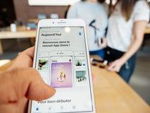 Ny iPhone 8 och iPhone 8 Plus i Apple Store med lagret för pov app Royaltyfria Foton