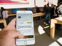Ny iPhone 8 och iPhone 8 Plus i Apple Store med Le Monde app Royaltyfri Bild