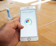 Ny iPhone 8 och iPhone 8 Plus i Apple Store med memorandoen app Arkivbilder