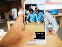 Ny iPhone 8 och iPhone 8 Plus i Apple Store med pensionärbuyin Arkivbilder