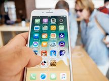 Ny iPhone 8 och iPhone 8 Plus i Apple Store med pensionärer som buing Arkivbild