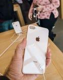Ny iPhone 8 och iPhone 8 Plus i Apple Store med pov på glen Royaltyfri Foto
