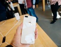 Ny iPhone 8 och iPhone 8 Plus i Apple Store med pov på glen Arkivfoto