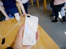 Ny iPhone 8 och iPhone 8 Plus i Apple Store med pov på glen Royaltyfri Bild