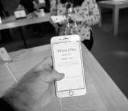 Ny iPhone 8 och iPhone 8 Plus i Apple Store med pris i euro Arkivfoton